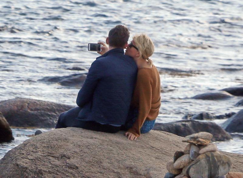 Tom Hiddleston and Taylor Swift spotted on the beach near the mansion of the singer in Rhode Island.